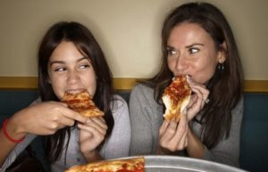 cara makan pizza